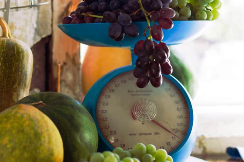 Früchte auf einer Waage