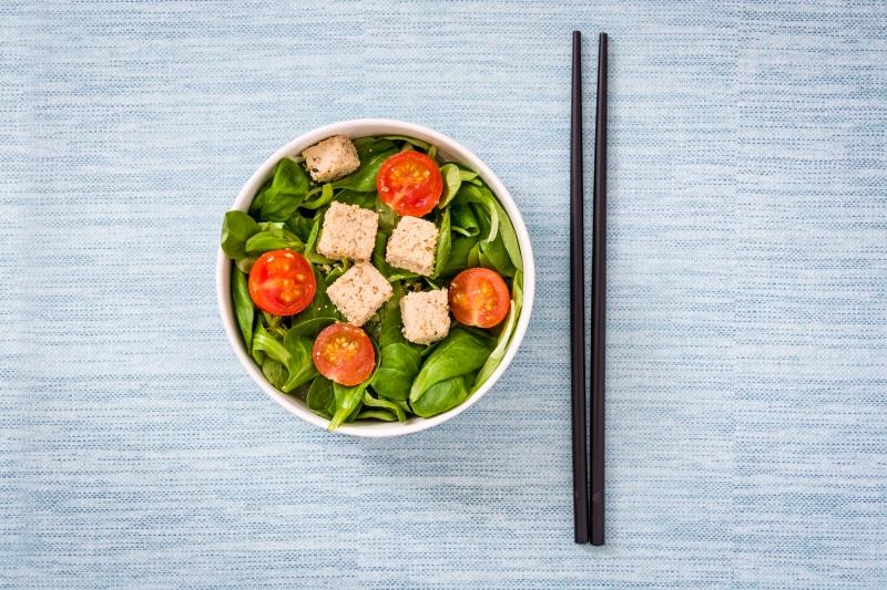 Tofu roh in Salatschüssel