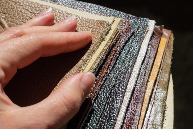 Hand über unterschiedlichem Kunstleder und veganem Leder
