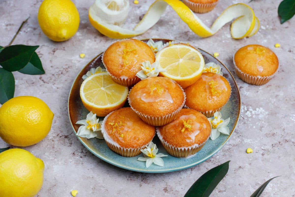 Zuckerguss auf warmen Kuchen beim Glasieren