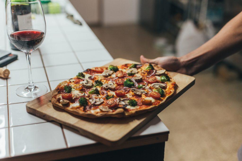 Wie taut man selbstgemachte Pizza am besten wieder auf?