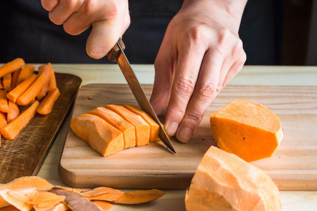 Süßkartoffeln vor dem einfrieren schneiden und blanchieren